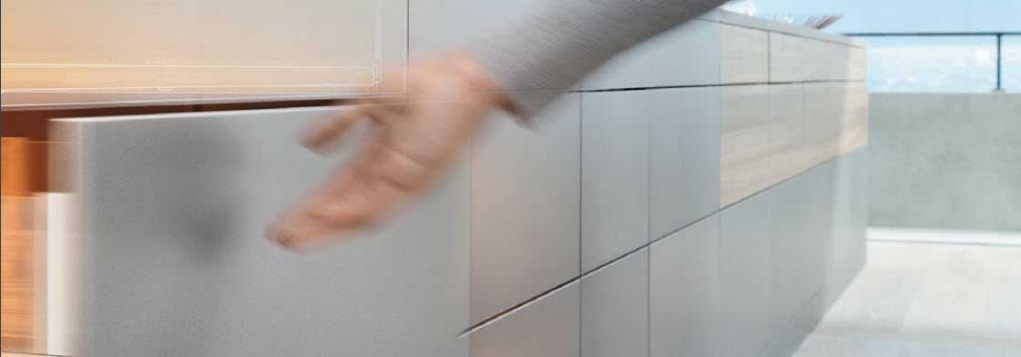 Het beslag maakt automatisch aan de boringen en berwekingen.